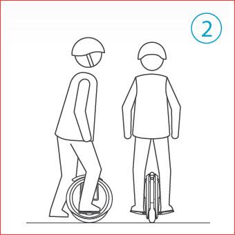 Inclinarse hacia el lateral y desplazar el centro de gravedad de su cuerpo poco a poco para equilibrarse en el vehículo