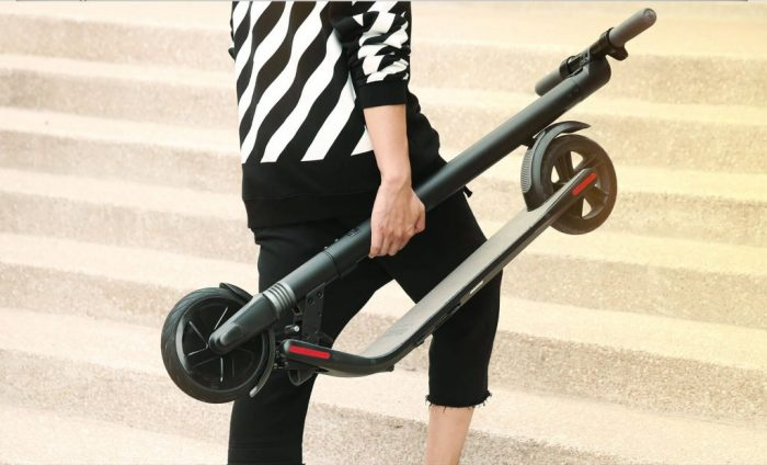 Segway-Ninebot-KickScooter-ES1-plegado-en-la-mano-1024x620